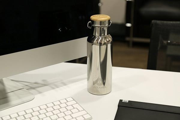 Edelstahl-Sportflasche doppelwandig Arbeitsplatz