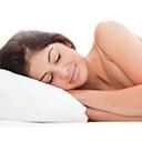 Frau schläft auf orthopädischem Kissen