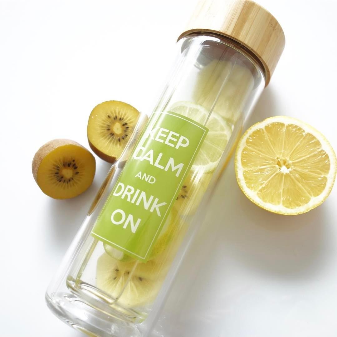 Teeflasche mit frischem Obst füllen